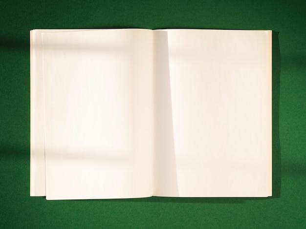 Leere papiere der nahaufnahme mit schatten