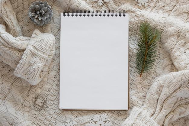 Leere papiere des briefpapiers der draufsicht auf frauenbluse