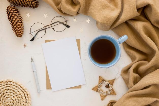 Leere papiere mit flachem briefpapier und heißem getränk