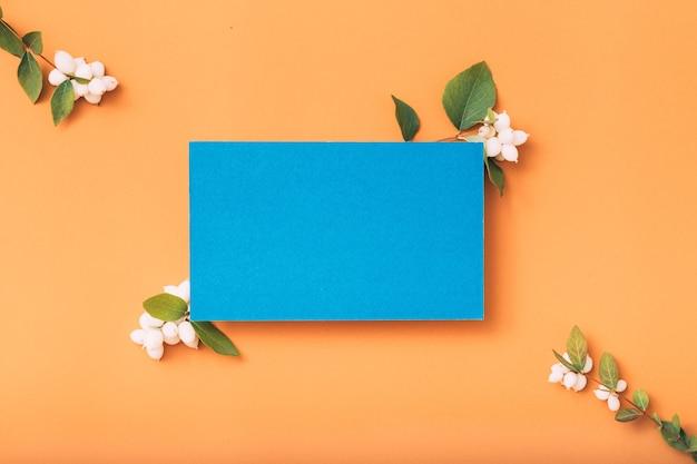 Leere papiernotiz oder karte mit mistelblumen, draufsicht
