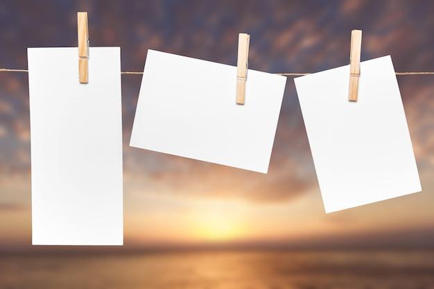 Leere papiernotizen mit am seil befestigtem kopierraum
