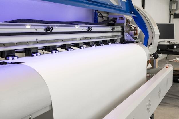 Leere papierrolle in der tintenstrahlmaschine des großen druckerformats für industriegeschäft.