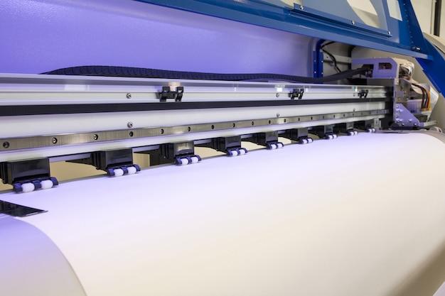 Leere papierrolle in großer druckerformat-tintenstrahlmaschine für industriegeschäft.