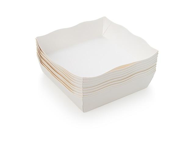 Leere papierschüssel oder teller auf isoliertem weißem hintergrund