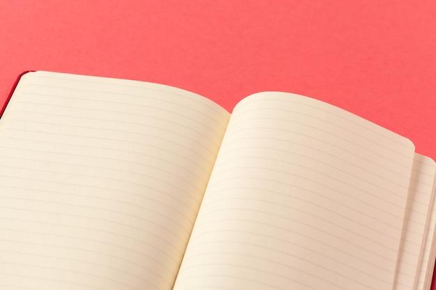 Leere papierstücke auf rosa