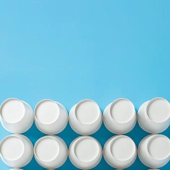 Leere pappbecher für getränke auf blauem grund.