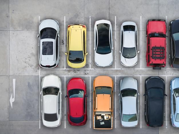 Leere parkplätze, luftaufnahme.