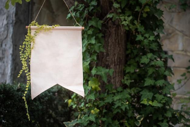 Leere parteiflagge mit efeu im garten für montagetext