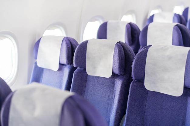 Leere passagierflugzeugsitze in der kabine