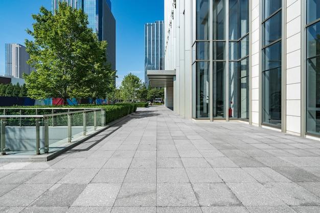Leere piazza und modernes bürogebäude, qingdao, china