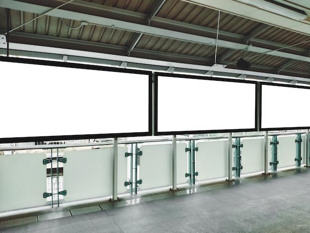 Leere plakatanzeigenanzeige auf transportterminal leeres plakatschablonenspott oben.