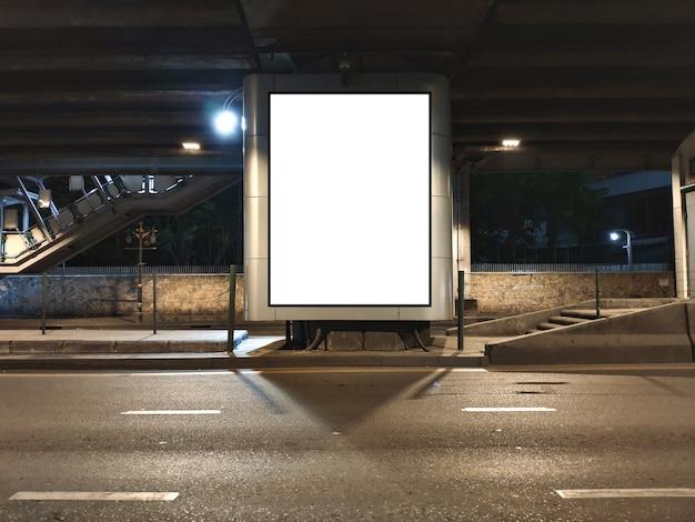 Leere plakatanzeigenwerbung auf straße leeres plakat unter überführungs-und nachtlichtverkehr.