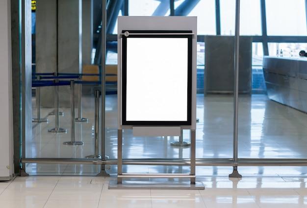 Leere plakatwand am flughafen