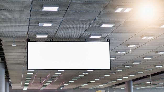 Leere plakatwand, die im flughafen hängt
