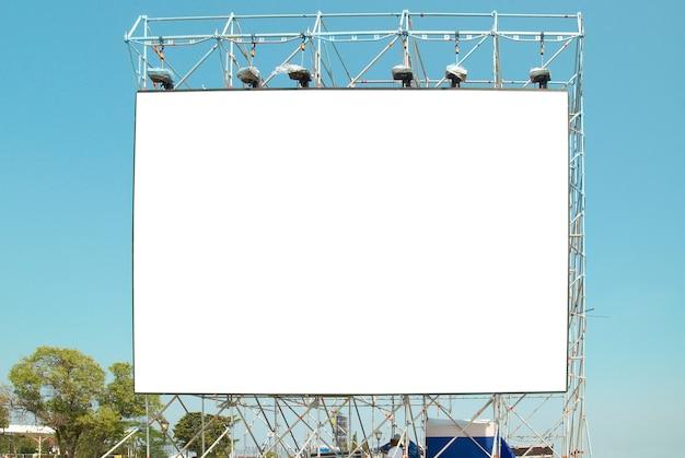 Leere plakatwand mit dem blauen himmel