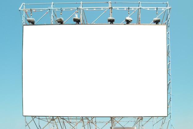 Leere plakatwand mit dem blauen himmelhintergrund