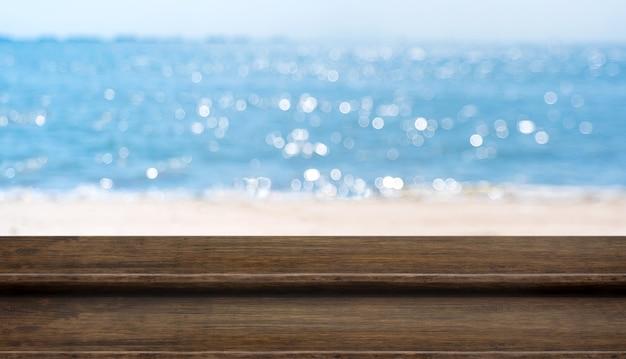 Leere plankenholz-tischplatte mit unscharfem blauem himmel und seeboekh-hintergrund