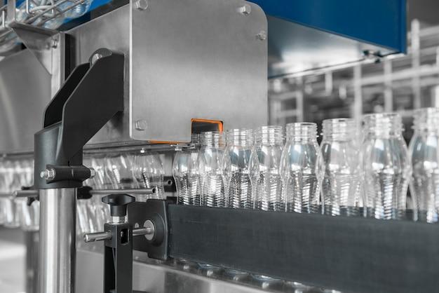 Leere plastikflaschen auf dem förderband. ausrüstung in der molkerei