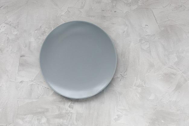 Leere platte auf grauem hintergrund