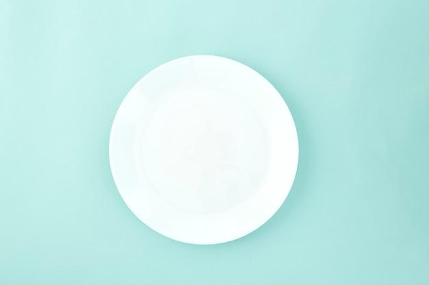 Leere platte auf hellblauem pastellhintergrund