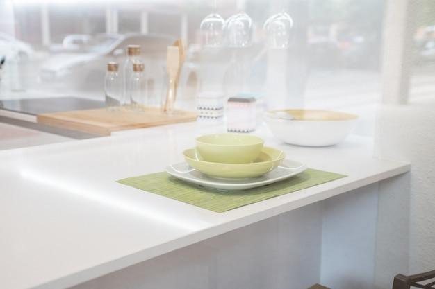 Leere platte auf küchentischhintergrund. blick in die küche