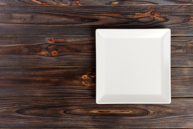 Leere platte der draufsicht auf rustikalem holztisch mit kopienraum