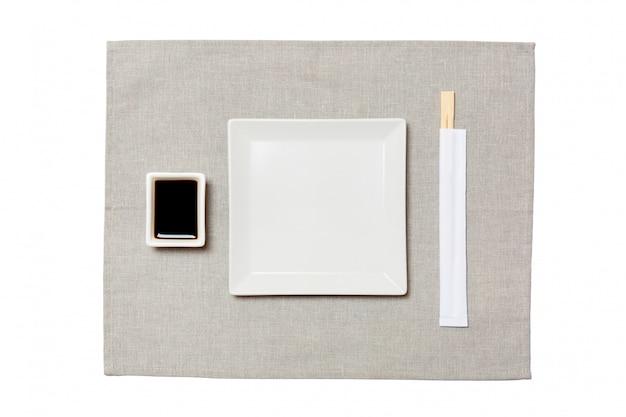 Leere platte des weißen quadrats mit essstäbchen