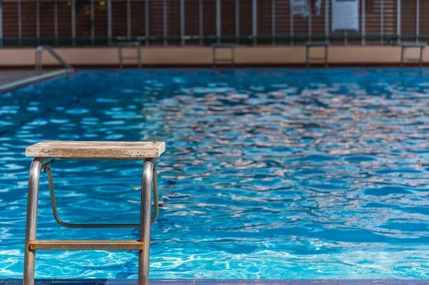 Leere plattform in der swimmingpooltageszeit.