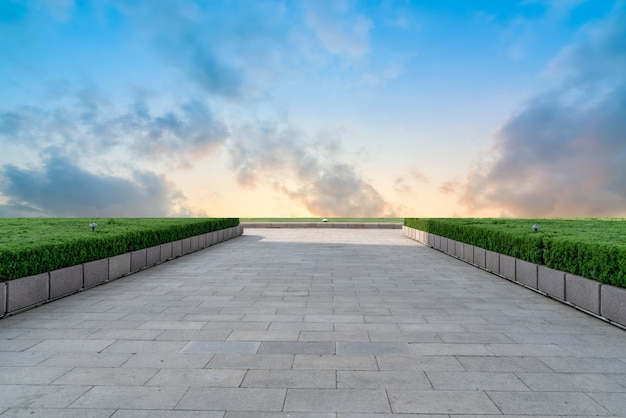 Leere plaza bricks und himmelslandschaft