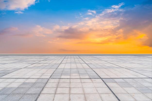 Leere quadratische fliesen und schöne himmelslandschaft