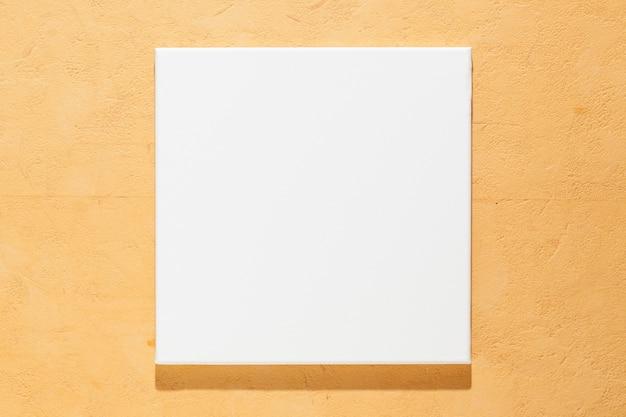 Leere quadratische künstlerische leinwand an der wand nahaufnahme
