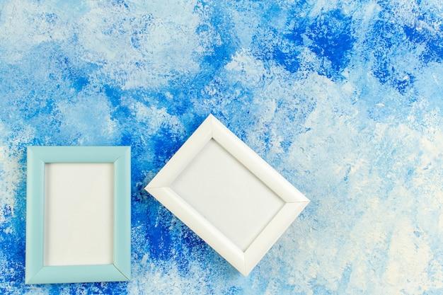 Leere rahmen der draufsicht auf blauem weißem schmutz mit freiem platz