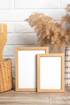 Leere rahmen neben vasen- und küchenutensilien