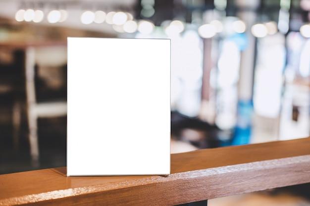 Leere rahmenacrylschablone, leerer menürahmen auf tabelle in der kaffeestube oder restaurant