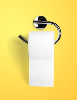 Leere rolle toilettenpapier hängt an