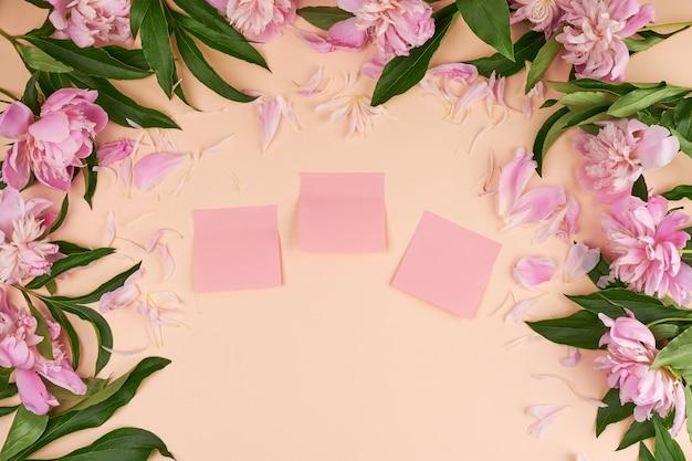 Leere rosa papieraufkleber auf einem pfirsichhintergrund