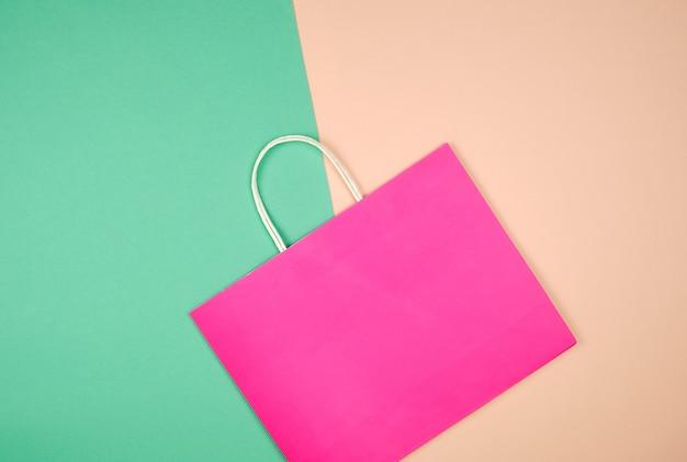 Leere rosa papiereinkaufstasche mit einem griff