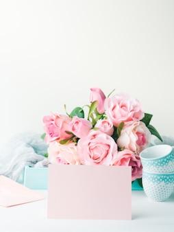 Leere rosa papierkarte für valentinstag oder mutter frauentag