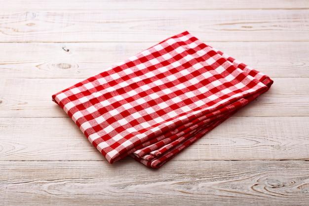 Leere rote serviette auf holztisch.