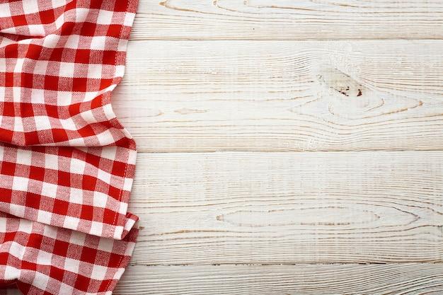 Leere rote tischdecke auf hölzernem tischoberflächenansichtsmodell.
