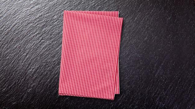 Leere rote tischdecke auf schwarzem tisch