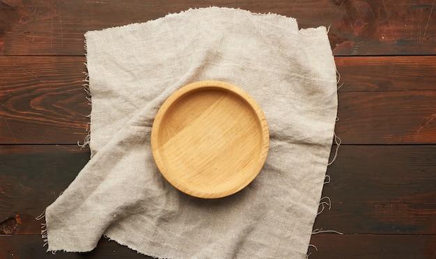 Leere runde holzplatte auf stoff