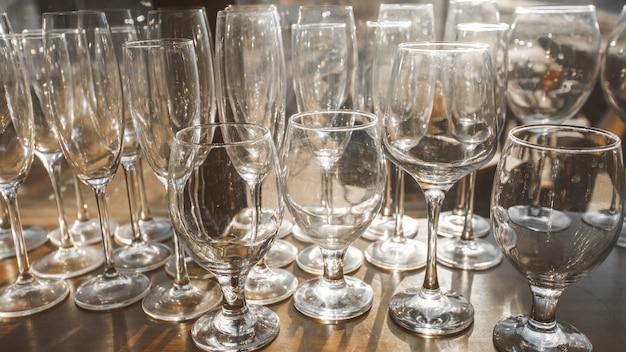Leere saubere gläser im regal im restaurant.