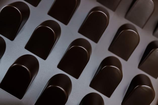 Leere schachtel schokoladenformen. abstrakter beschaffenheitshintergrund