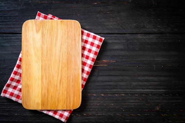 Leere schneiden holzbrett mit küchentuch
