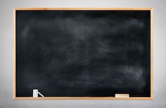 Leere schwarze Tafel auf grauem Hintergrund