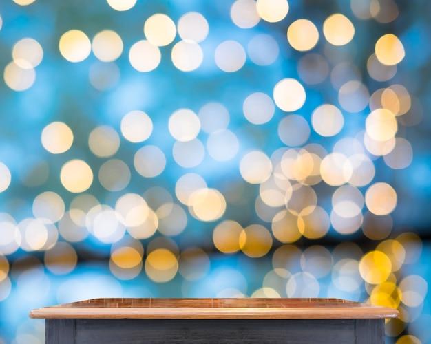 Leere schwarze weinlesetabellenspitze am speicher verwischte hintergrund mit bokeh licht