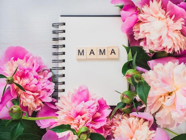 Leere seite des notizbuches mit dem wort mama
