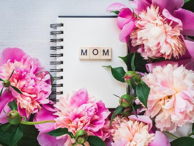 Leere seite des notizbuches mit dem wort mom