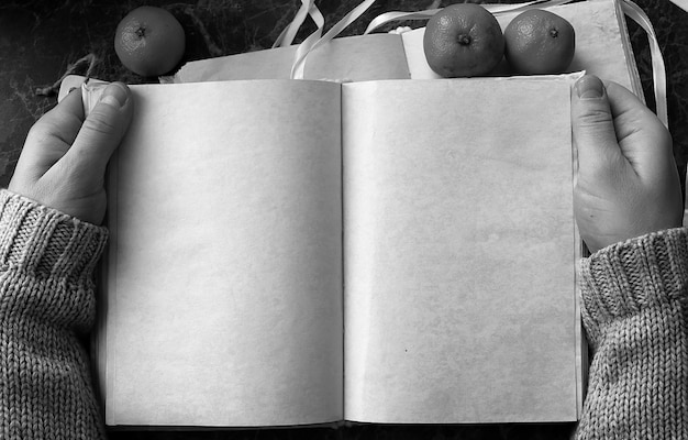 Leere seiten geöffnetes vintage-buch auf grüner marmor-arbeitsplatte